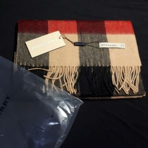 BURBERRY WOMEN`S SCARF %100 CASHMERE NWT CASUAL